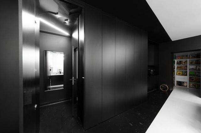 一个有着极简形式的黑白调办公室设计!简约而又独具特色 (4).jpeg