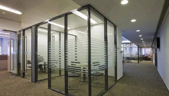 办公室玻璃隔断墙效果图